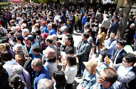 衆院大阪12区補欠選挙の投開票を翌日に控え、街頭演説を聴く人々=20日午後、大阪府四條畷市