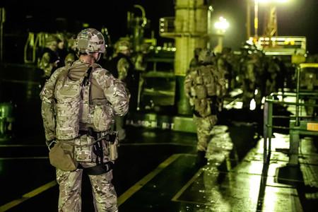 4日、英領ジブラルタル自治政府によるイランのタンカー拿捕(だほ)を支援する英海兵隊=ジブラルタル沖(AFP時事)