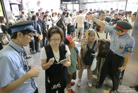 山陽新幹線の計画運休が発表され、JR関係者(左右端)に問い合わせる人たち=14日午前、JR博多駅