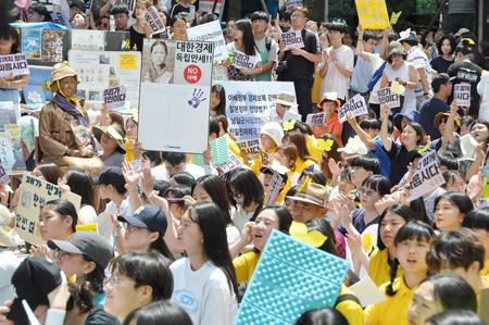14日、ソウルの在韓日本大使館前で行われた慰安婦問題の抗議集会
