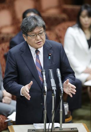 参院予算委員会で答弁する萩生田光一文部科学相=8日午後、国会内