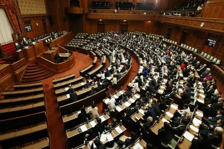 ハンセン病家族補償法が全会一致で可決、成立した参院本会議=15日午後、国会内