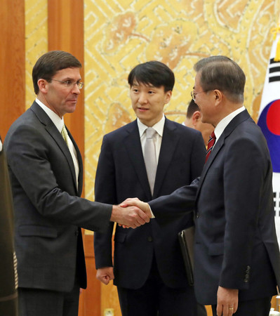 15日、ソウルで会談するエスパー米国防長官(左)と韓国の文在寅大統領(右)(EPA時事)