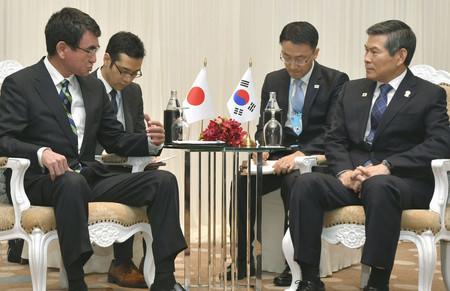 韓国の鄭景斗国防相(右端)と会談する河野太郎防衛相(左端)=17日、バンコク(代表撮影)