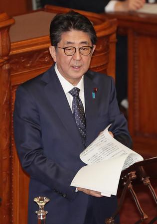 参院本会議で答弁する安倍晋三首相=2日午後、国会内