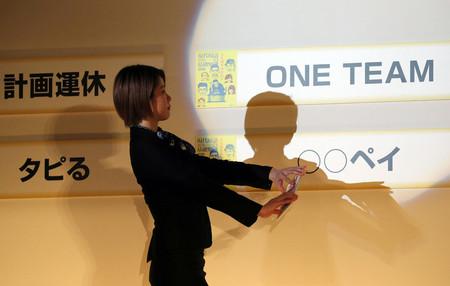 「2019ユーキャン新語・流行語大賞」の年間大賞は「ONE TEAM(ワンチーム)」(右上)が選ばれた=2日午後、東京都千代田区