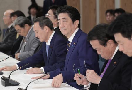 月例経済報告等に関する関係閣僚会議に臨む安倍晋三首相(中央)=20日午後、首相官邸