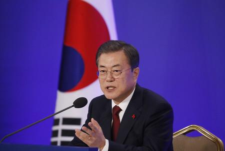 14日、ソウルで記者会見する韓国の文在寅大統領(EPA時事)