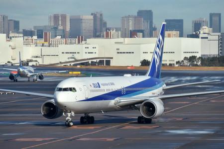 中国・武漢市から邦人を乗せて帰国した政府のチャーター機=29日午前、東京・羽田空港(AFP時事)