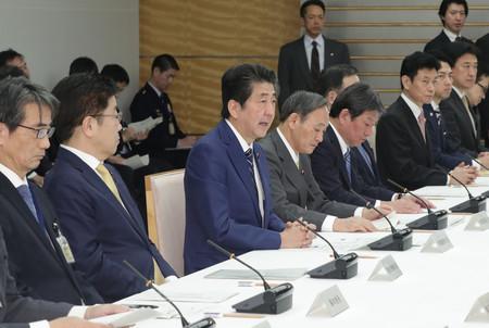 新型コロナウイルス感染症対策本部で発言する安倍晋三首相(左から3人目)=25日午後、首相官邸