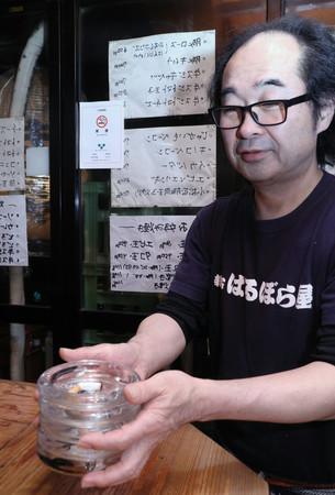 全面禁煙となり灰皿を片付ける居酒屋の店主=1日未明、東京都新宿区
