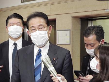 麻生財務相との面会後、記者団の質問に答える自民党の岸田文雄政調会長(左から2人目)=3日午後、財務省