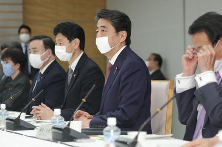 未来投資会議で発言する安倍晋三首相(右から2人目)=3日午後、首相官邸