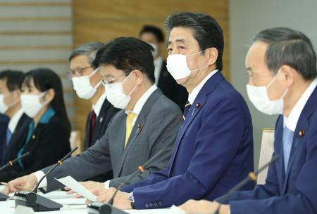 新型コロナウイルス感染症対策本部で緊急事態宣言を発令した安倍晋三首相(右から2人目)=7日午後、首相官邸