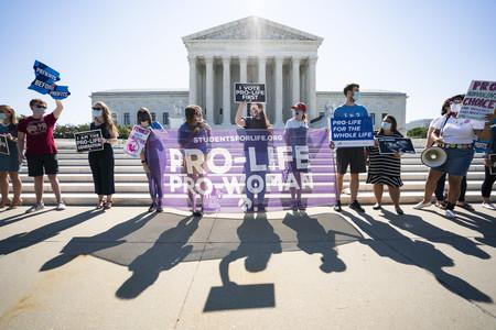 29日、ワシントンの米連邦最高裁前で人工中絶反対を訴える人々(EPA時事)