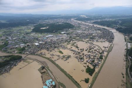 記録的な大雨で冠水した熊本県人吉市街=4日午後(時事通信ヘリより)
