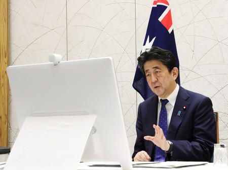 オーストラリアのモリソン首相とのテレビ会談に臨む安倍晋三首相=9日(内閣広報室提供)