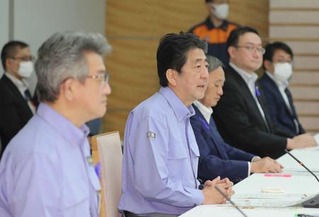 豪雨非常災害対策本部の会議で発言する安倍晋三首相(左から2人目)=13日午後、首相官邸