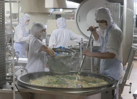 給食の準備をする調理員ら=7月29日午前、東京都江戸川区立葛西小・中学校
