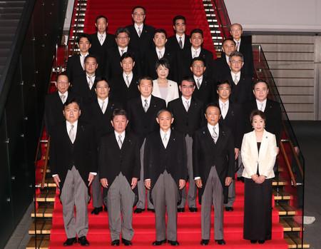 記念撮影に臨む菅義偉首相(前列中央)と新閣僚ら=16日夜、首相官邸