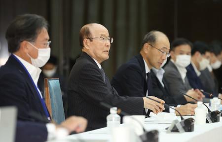 東京オリンピック・パラリンピック競技大会における新型コロナウイルス感染症対策調整会議であいさつする杉田和博官房副長官(左から2人目)=23日午後、首相官邸