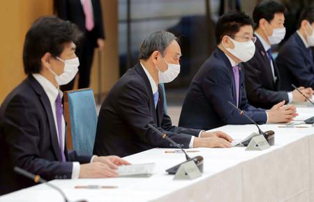 新型コロナウイルス感染症対策本部で発言する菅義偉首相(左から2人目)=21日午後、首相官邸