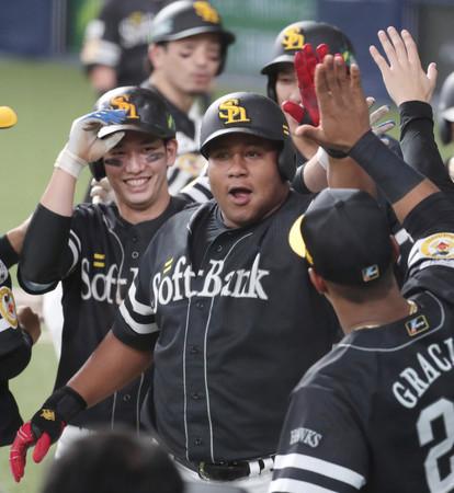 7回、満塁本塁打を放ち、ベンチ前で祝福されるソフトバンクのデスパイネ(中央)=22日、京セラドーム