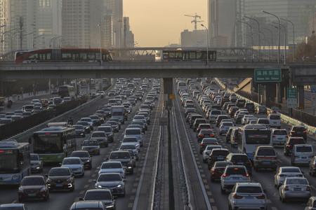 車列で埋まる中国・北京の幹線道路=2020年12月(EPA時事)