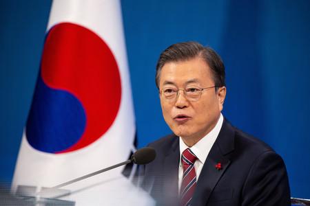 記者会見に臨む韓国の文在寅大統領=18日、ソウル(EPA時事)