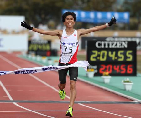 日本新記録で優勝した鈴木健吾=28日、滋賀・皇子山陸上競技場