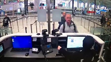 ゴーン被告と共にトルコ入りした後、イスタンブールの空港で監視カメラに映るマイケル・テイラー容疑者(中央手前)=トルコ警察がデミルオレン通信(DHA)に2020年1月提供(AFP時事)