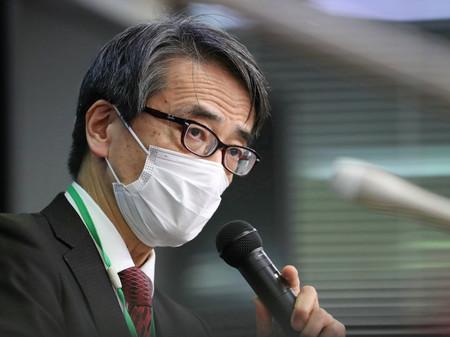 厚生労働省の専門家組織「アドバイザリーボード」の会合を終え、記者会見する座長の脇田隆字・国立感染症研究所長=3日夜、同省