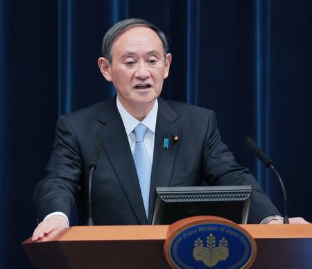 首都圏4都県の緊急事態宣言の再延長を決め、記者会見する菅義偉首相=5日夜、首相官邸