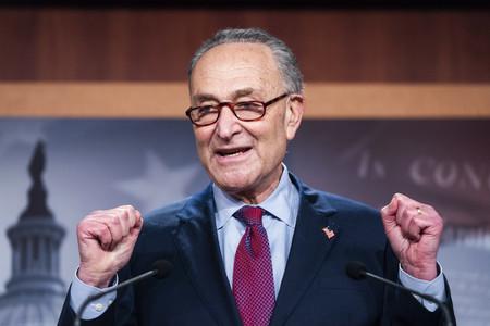 追加経済対策法案の上院可決後に会見する民主党のシューマー上院院内総務=6日、ワシントン(EPA時事)