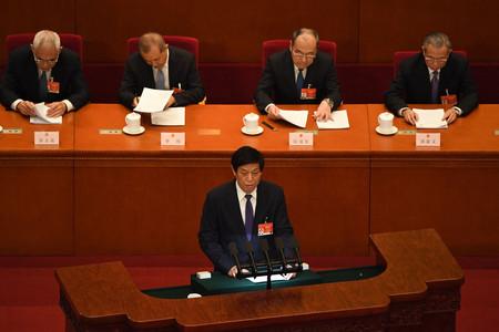 8日、中国・北京の人民大会堂で活動報告を行う栗戦書全国人民代表大会常務委員長(手前)(AFP時事)