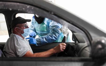 車の運転席に座ったまま、英製薬大手アストラゼネカの新型コロナウイルスワクチン接種を受ける男性=7日、ドイツ西部シュウェルム(AFP時事)