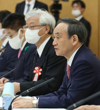 気候変動対策の推進に関する有識者会議で発言する菅義偉首相(右)。中央は伊藤元重座長=19日午後、首相官邸