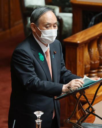 参院本会議で答弁する菅義偉首相=21日午前、国会内