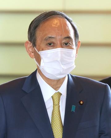 首相官邸に入る菅義偉首相=22日午前、東京・永田町