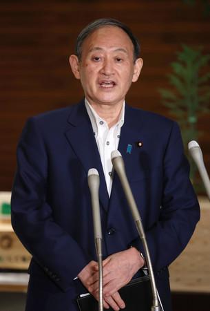 緊急事態宣言の延長などについて質問に答える菅義偉首相=6日午後、首相官邸