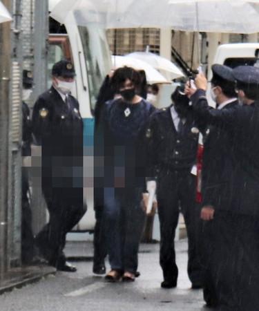 公記号偽造容疑での逮捕を前に、埼玉県警から茨城県警に移送される岡庭由征容疑者(中央)=2月15日、埼玉県三郷市(写真の一部に画像処理をしています)