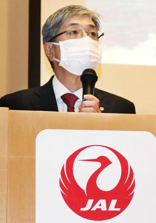 2021年3月期連結決算について記者会見する日本航空の赤坂祐二社長=7日午後、東京都品川区