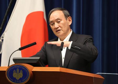 緊急事態宣言などの延長を決め、記者会見で質問に答える菅義偉首相=7日午後、首相官邸