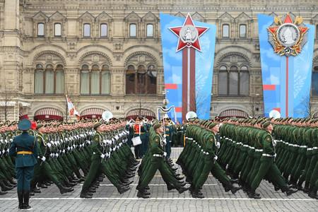 9日、モスクワを行進するロシア軍の兵士たち(AFP時事)