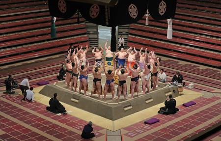 無観客開催で初日を迎えた大相撲夏場所で、土俵入りする幕内力士=9日、東京・両国国技館