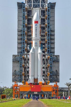 中国の大型ロケット「長征5号B」=4月23日、海南省の文昌発射場(AFP時事)