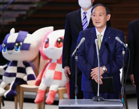 G7サミット出席を前に、記者団の取材に応じる菅義偉首相=10日午後、首相官邸