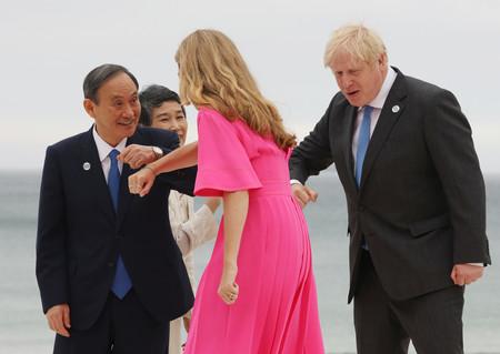 G7サミットで英国のジョンソン首相夫妻に出迎えられる菅義偉首相と真理子夫人=11日、英国・コーンウォール