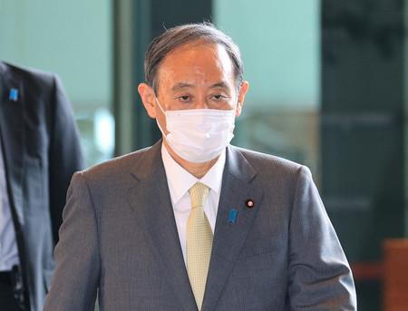 首相官邸に入る菅義偉首相=18日午前、東京・永田町