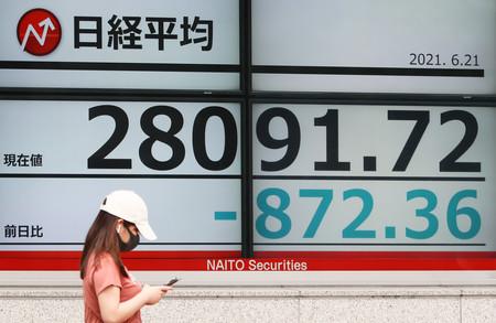 下落した日経平均株価を示す電光ボード=21日午前、東京都中央区